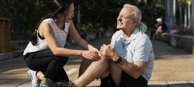 ¿Qué acciones podemos tomar cuando un anciano tiene un accidente en la calle?
